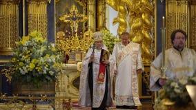 ST PETERSBURG, RUSIA - 10 DE JUNIO DE 2019: Sacerdote que ruega en iglesia almacen de video