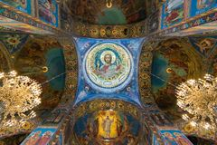 St Petersburg, Rusia - 6 de junio de 2017 techo adornado con el mosaico en la catedral de la resurrección de Cristo Imagen de archivo