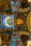 St Petersburg, Rusia - 6 de junio de 2017 techo adornado con el mosaico en la catedral de la resurrección de Cristo Imágenes de archivo libres de regalías