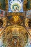 St Petersburg, Rusia - 6 de junio de 2017 techo adornado con el mosaico en la catedral de la resurrección de Cristo Imagenes de archivo