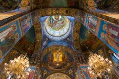 St Petersburg, Rusia - 6 de junio de 2017 techo adornado con el mosaico en la catedral de la resurrección de Cristo Fotos de archivo libres de regalías
