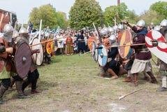 St Petersburg, Rusia - 27 de mayo de 2017: Batalla histórica demostrativa Reconstrucción histórica de la espada que lucha en St P Imágenes de archivo libres de regalías
