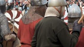 St Petersburg, Rusia - 27 de mayo de 2017: Batalla ilustrativa de los Vikingos antiguos Reconstrucción histórica en el festival e almacen de video