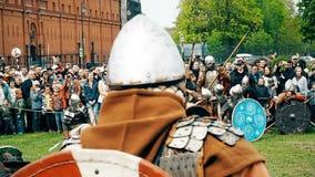 St Petersburg, Rusia - 27 de mayo de 2017: Batalla ilustrativa de los Vikingos antiguos Reconstrucción histórica en el festival e almacen de metraje de vídeo