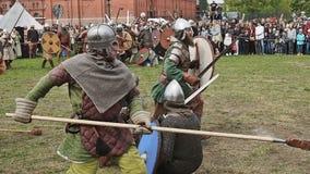 St Petersburg, Rusia - 27 de mayo de 2017: Batalla ilustrativa de los Vikingos antiguos Reconstrucción histórica en el festival e metrajes