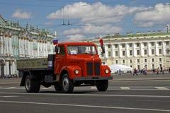 ST PETERSBURG, RUSIA - 21 DE MAYO DE 2017: Desfile de los coches del vintage Automóviles viejos Foto teñida Fotos de archivo