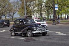 ST PETERSBURG, RUSIA - 21 DE MAYO DE 2017: Desfile de los coches del vintage Automóviles viejos Foto teñida Fotos de archivo libres de regalías