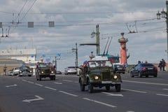 ST PETERSBURG, RUSIA - 21 DE MAYO DE 2017: Desfile de los coches del vintage Automóviles viejos Foto teñida Imagen de archivo