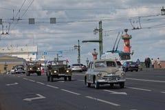 ST PETERSBURG, RUSIA - 21 DE MAYO DE 2017: Desfile de los coches del vintage Automóviles viejos Foto teñida Imagenes de archivo