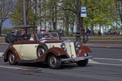 ST PETERSBURG, RUSIA - 21 DE MAYO DE 2017: Desfile de los coches del vintage Automóviles viejos Foto teñida Fotografía de archivo libre de regalías