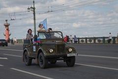 ST PETERSBURG, RUSIA - 21 DE MAYO DE 2017: Desfile de los coches del vintage Automóviles viejos Foto teñida Imagen de archivo libre de regalías
