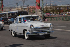 ST PETERSBURG, RUSIA - 21 DE MAYO DE 2017: Desfile de los coches del vintage Automóviles viejos Foto teñida Foto de archivo libre de regalías