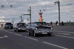 ST PETERSBURG, RUSIA - 21 DE MAYO DE 2017: Desfile de los coches del vintage Automóviles viejos Foto teñida Foto de archivo