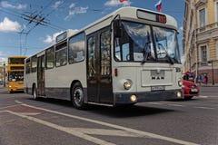 ST PETERSBURG, RUSIA - 21 DE MAYO DE 2017: Desfile de los coches del vintage Omnibus viejo Foto teñida Imágenes de archivo libres de regalías
