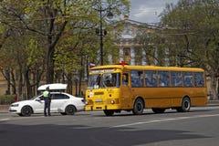 ST PETERSBURG, RUSIA - 21 DE MAYO DE 2017: Desfile de los coches del vintage Omnibus viejo Foto teñida Foto de archivo