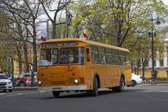 ST PETERSBURG, RUSIA - 21 DE MAYO DE 2017: Desfile de los coches del vintage Omnibus viejo Foto teñida Foto de archivo libre de regalías