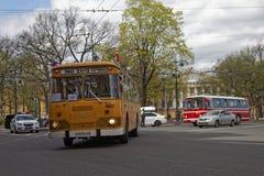 ST PETERSBURG, RUSIA - 21 DE MAYO DE 2017: Desfile de los coches del vintage Omnibus viejo Foto teñida Fotos de archivo libres de regalías