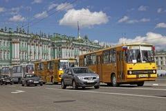 ST PETERSBURG, RUSIA - 21 DE MAYO DE 2017: Desfile de los coches del vintage Omnibus viejo Foto teñida Fotografía de archivo