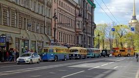 ST PETERSBURG, RUSIA - 21 DE MAYO DE 2017: Desfile de los coches del vintage Trolebús viejo Foto teñida Foto de archivo libre de regalías