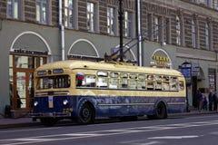 ST PETERSBURG, RUSIA - 21 DE MAYO DE 2017: Desfile de los coches del vintage Trolebús viejo Foto teñida Imagen de archivo