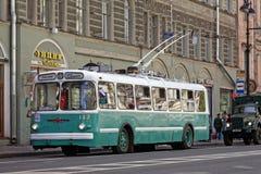 ST PETERSBURG, RUSIA - 21 DE MAYO DE 2017: Desfile de los coches del vintage Trolebús viejo Foto teñida Foto de archivo