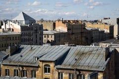 ST PETERSBURG, RUSIA - 8 DE MAYO DE 2017: Opinión panorámica sobre los tejados de St Petersburg Fotografía de archivo