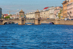 ST PETERSBURG, RUSIA - 28 DE MAYO DE 2015: Puente de Lomonosov Imagen de archivo libre de regalías