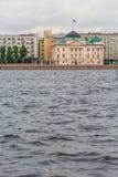 ST PETERSBURG, RUSIA - 27 DE MAYO DE 2015: terraplén del río de Neva Imagen de archivo libre de regalías