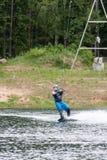 ST PETERSBURG, RUSIA - 28 DE MAYO: el atleta entra para wakeboarding el 28 de mayo de 2016 Fotografía de archivo libre de regalías