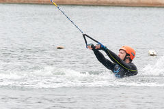 ST PETERSBURG, RUSIA - 28 DE MAYO: el atleta entra para wakeboarding el 28 de mayo de 2016 Foto de archivo libre de regalías