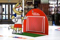 St Petersburg, RUSIA - 28 de mayo de 2018: Funcionario Wolf Mascot del mundial de la FIFA en Rusia - Zabivaka y puerta del fútbol Imágenes de archivo libres de regalías