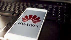 ST PETERSBURG, RUSIA - 27 DE MAYO DE 2019: Logotipo de la compañía de Huawei en la pantalla del smartphone imagen de archivo