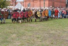 St Petersburg, Rusia - 27 de mayo de 2017: Preparación de los combatientes para la demostración de la lucha de la espada Reconstr Foto de archivo