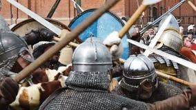 St Petersburg, Rusia - 27 de mayo de 2017: Reconstrucción histórica de la batalla de Viking en St Petersburg, Rusia almacen de metraje de vídeo