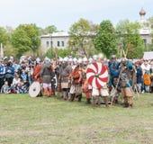 St Petersburg, Rusia - 27 de mayo de 2017: Reconstrucción histórica de la lucha de la espada Lucha demostrativa con las espadas e Fotos de archivo