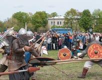 St Petersburg, Rusia - 27 de mayo de 2017: Reconstrucción histórica de la lucha de la espada Lucha demostrativa con las espadas e Imagenes de archivo