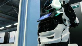 St Petersburg, Rusia - 12 de noviembre de 2018: Baile del robot del promo del Cyborg y agitar sus brazos almacen de video