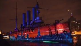 ST PETERSBURG, RUSIA - 4 DE NOVIEMBRE: trazado 3D La proyección en aurora del crucero metrajes
