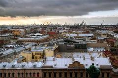St Petersburg, Rusia - 11 de noviembre 2013 Vista de la ciudad de la catedral del ` s del St Isaac Foto de archivo libre de regalías