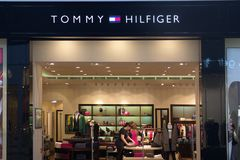 St Petersburg, Rusia - 10 de octubre de 2018: Tienda Tommy Hilfiger en la alameda Insignia de la compañía fotos de archivo