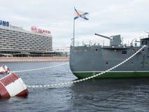 St Petersburg, Rusia 8 de septiembre de 2016: Arma de arco de la aurora del crucero después de la reconstrucción en St Petersburg imágenes de archivo libres de regalías