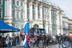 St Petersburg, Rusia - 25 de septiembre de 2017: Gente que visita los coches hecho a sí mismos en el cuadrado del palacio en St P Imagen de archivo libre de regalías