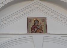 St Petersburg, Rusia - 6 de septiembre de 2017: Icono del mosaico en la pared blanca del monasterio Imágenes de archivo libres de regalías