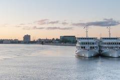 St Petersburg, Rusia - 5 de septiembre de 2017: Vista panorámica del embarcadero con las naves blancas amarradas Imagen de archivo libre de regalías