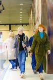 St Petersburg Rusia 10 12 2018 dos mujeres que caminan en la alameda con compras fotografía de archivo libre de regalías