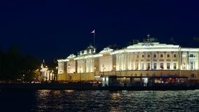 St Petersburg, Rusia: Edificio iluminado de Senat y el río de Neva en la noche almacen de metraje de vídeo