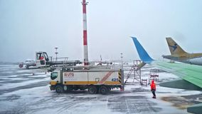 St Petersburg Rusia, el 3 de marzo de 2019: Descongele la pista de los servicios de UTG después de procesar de descongelación lis almacen de metraje de vídeo