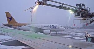 St Petersburg Rusia, el 3 de marzo de 2019: Preparación del avión para el vuelo del invierno en el aeropuerto de Pulkovo almacen de metraje de vídeo