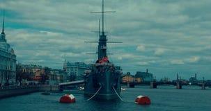 St Petersburg Rusia, el 13 de mayo de 2017: La aurora revolucionaria legendaria del crucero del nave-museo en el río de Neva almacen de metraje de vídeo