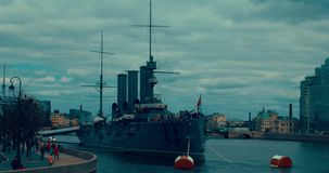St Petersburg Rusia, el 13 de mayo de 2017: La aurora revolucionaria legendaria del crucero del nave-museo en el río de Neva almacen de video